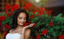 Портрет невесты с красными цветами фото