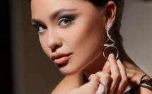 Серьги и кольцо на модели рекламное фото