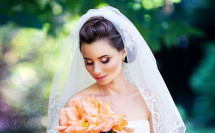 потрет невесты с оранжевым букетом