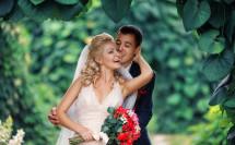 свадебный портрет в арке из зеленых листьев фото